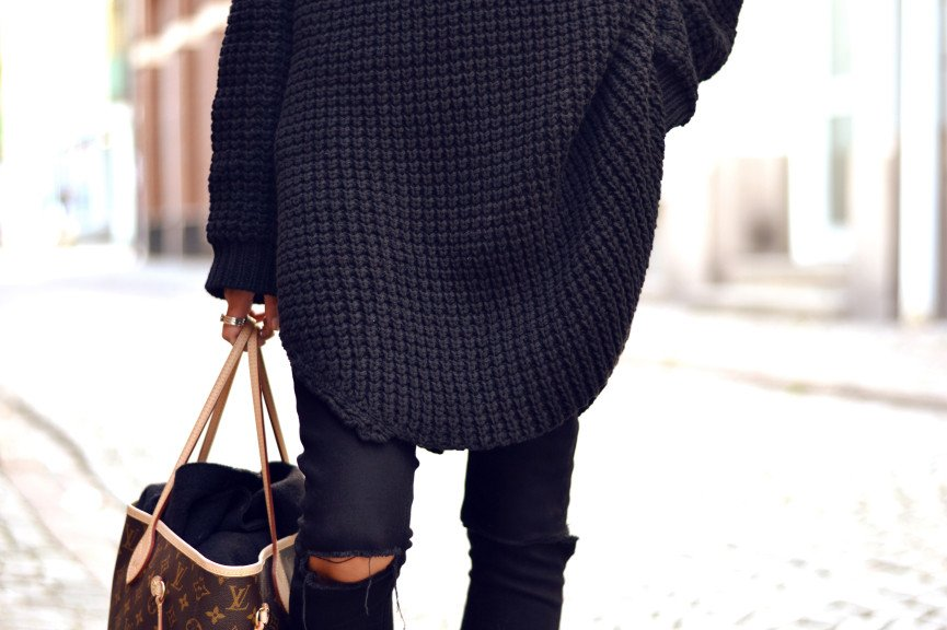 Monday's must-have | Oversized black knit sweater and black ripped jeans. Read on www.karinecandicekong.com