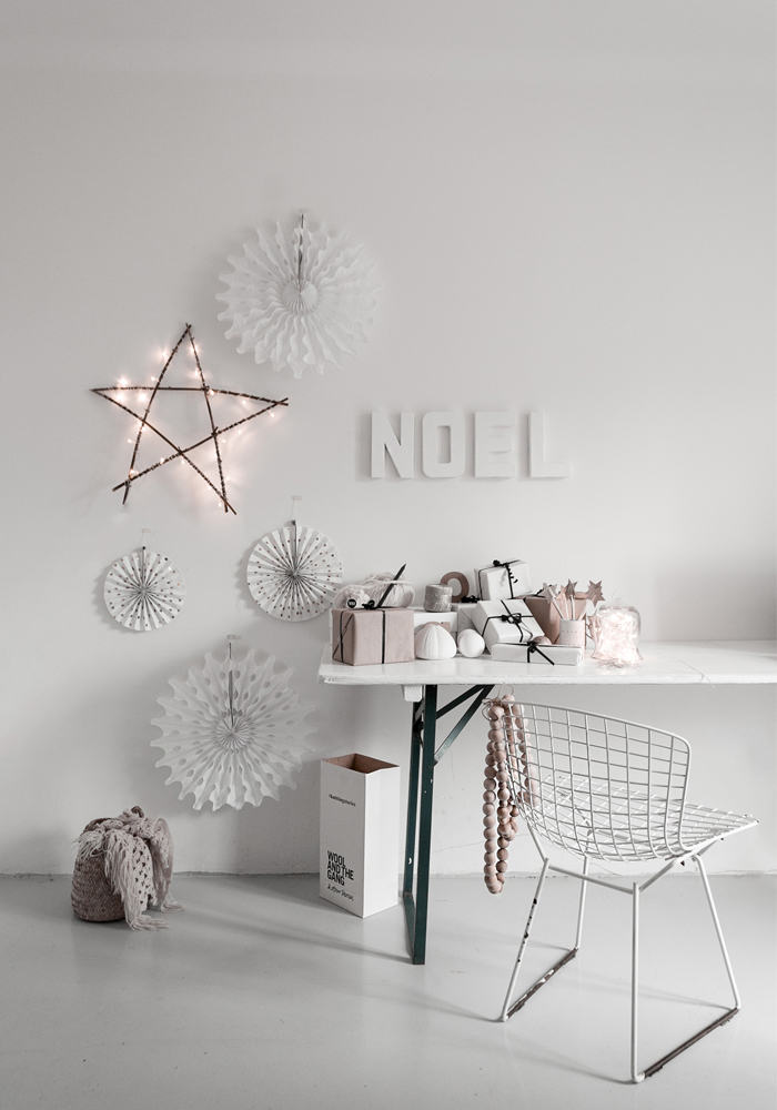 How to create a nice Christmas wall display without damaging your walls